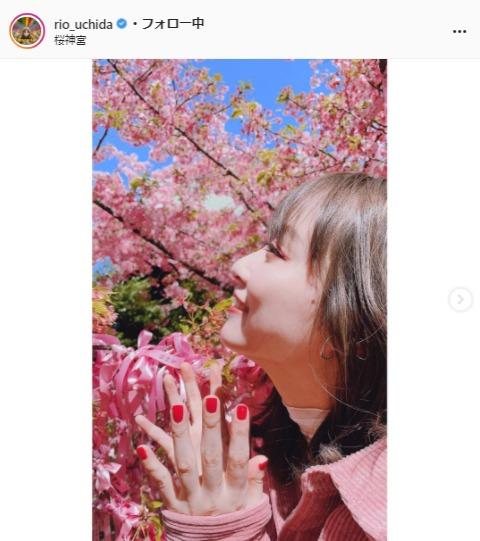 """<span class=""""title"""">内田理央×桜の春らしいショットに反響「花よりだーりお」「花の女神フローラみたい」</span>"""