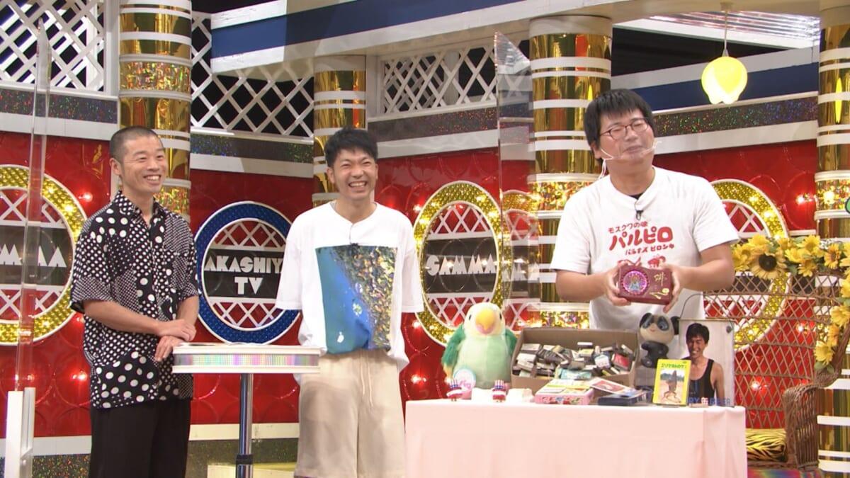 進行役を務めるアキナ(左:山名文和、右:秋山賢太)、仏陀マシーンを紹介する北欧雑貨店の店主。