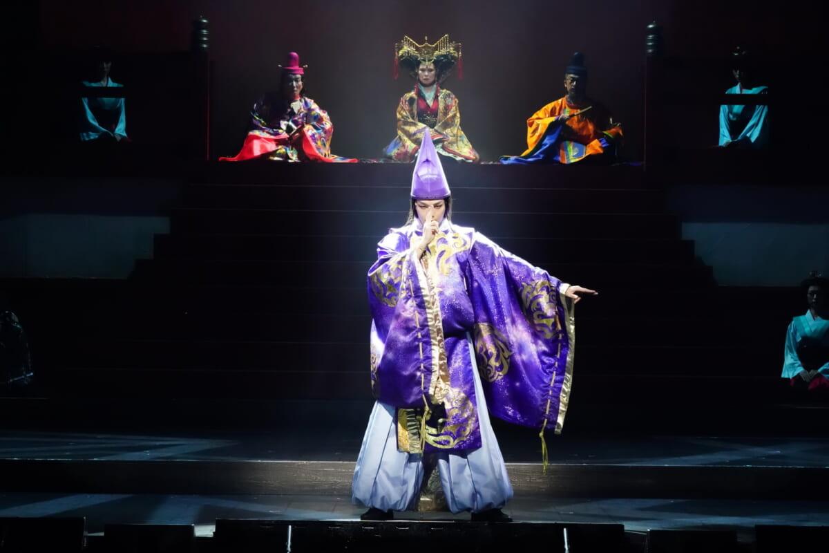 中村倫也(後方左から:右近健一、高田聖子、粟根まこと)撮影:田中亜紀