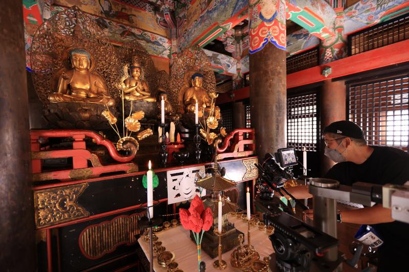 西塔の内部で立体曼荼羅を撮影するスタッフ