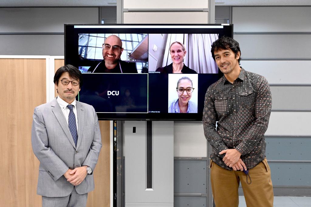 左:TBSテレビ代表取締役社長・佐々木卓 画面左上:ケシェット・インターナショナル社CEO、アロン・シュトルツマン 画面右上:ファセット 4 メディア社国際共同制作責任者・プロデューサー、アナスー・グリーンバーグ 画面右下:ケシェット・インターナショナル社EP、アタール・デケル 右:DCU第一部隊隊長・新名正義を演じる主演・阿部寛