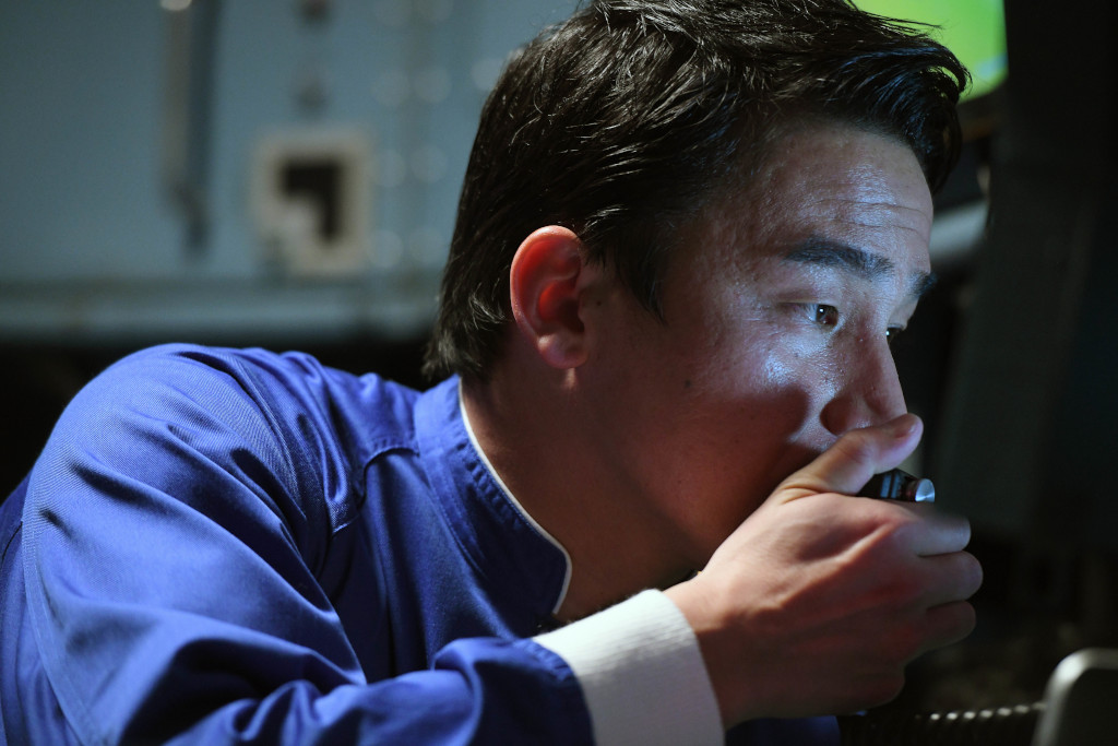 潜水艇の乗組員役で出演する松田丈志
