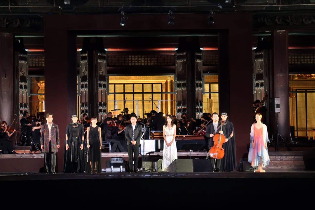 西本願寺音舞台前列左から錦織健、Cocomi、村松崇継工藤静香、宮田大、中村祥子