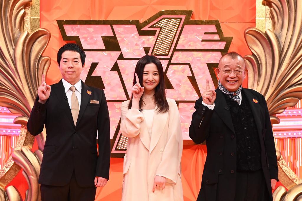 MCの笑福亭鶴瓶(右)、今田耕司(左)、ゲストの吉高由里子(中央)